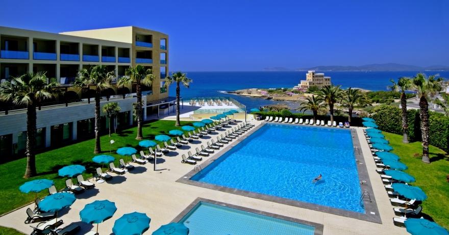 Panoramica dell'Hotel Carlos V di Alghero con vista sulla piscina
